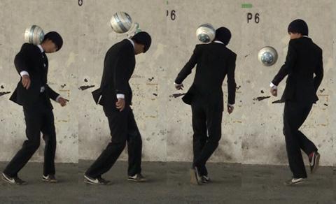 「サッカーボール 首の後ろ」の画像検索結果
